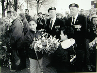 2000-672 4 mei 1998In het kader van de Nationale Dodenherdenking (4 mei) worden er kransen gelegd bij het ...