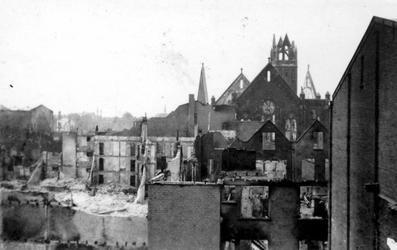 2000-68 Gezicht op de door het Duitse bombardement van 14 mei 1940 getroffen omgeving van de Kruiskade met de verwoeste ...