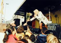 2000-710 28 november 1998Zangeres Corrie Konings treedt op tijdens de heropening van de Noorderboulevard. Een fan biedt ...