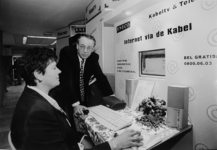 2000-719 3 november 1998Een medewerker van het energiebedrijf Eneco demonstreert in het combihuis De Meerweide de ...