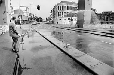 2000-805 3 augustus 1999Door de hittegolf is de asfaltlaag op de Binnenhavenbrug zo zacht geworden dat die met water ...