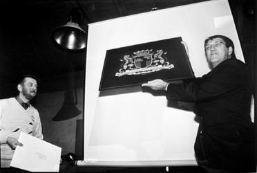 2000-822 4 oktober 1997Tijdens een reünie van de Studie Club Schilders in het Hulstkampgebouw neemt wethouder J.C. ...