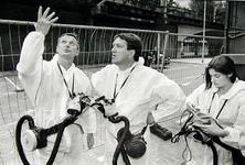 2000-837 24 augustus 1999Louis Lemaire, de leider van het Jeugdtheater Hofplein, en wethouder J.C. Kombrink nemen in de ...