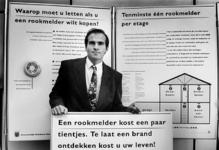 2000-850 Johan Breukers geeft in de kazerne van de Brandweer aan het Kleinpolderplein voorlichting over rookmelders.