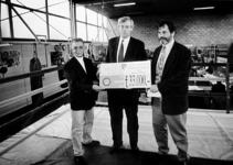 2000-862 Boksschoolhouder Jan Schildkamp ontvangt van ir. drs. J. van der Veer van Shell Pernis een bedrag van 33.000 ...