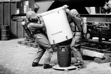 2000-898 26 juni 1995Brandweerlieden in opleiding trachten in het oefencentrum Ben Vossenaar aan het Kleinpolderplein ...