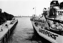 2000-939 De Solo, het actieschip van Greenpeace, arriveert bij de Parkkade.