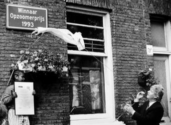 2000-945 Wethouder ir. P.O. Vermeulen onthult ter hoogte van pand 79b een herdenkingsbordje in de Volmarijnstraat, ...