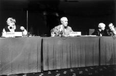 2000-948 In het World Trade Center presenteren minister van Binnenlandse Zaken, mevrouw I. Dales, presentator Ton ...