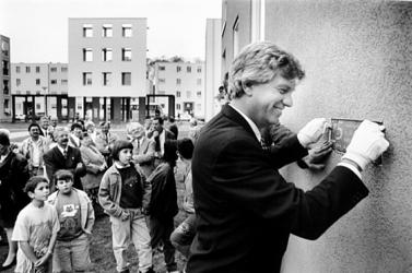 2000-949 Wethouder ir. P.O. Vermeulen plaatst in een flatgebouw aan de Lemkensstraat een herdenkingssteen ter ...