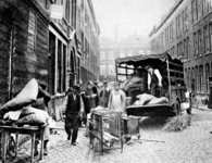 2001-1163 Het huis van het gemeenteraadslid L.G.A. Coremans (Rapaillepartij) in de Goudsche Dwarsstraat wordt ontruimd.