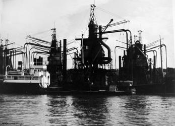 2001-1230 De Maashaven met elevators en een schip.