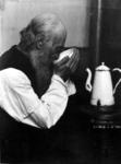 2001-1248 Een oude man drinkend uit een kom.