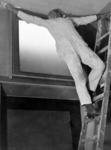 2001-1249 Een huisschilder bezig met het witten van een plafond.