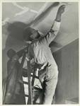 2001-1250 Een huisschilder bezig met het witten van een plafond.