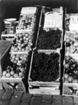 2001-1257 Op de markt. Kistjes met fruit.