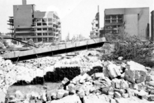 2001-1332 Gezicht op de door het Duitse bombardement van 14 mei 1940 getroffen Oude Binnenweg . Bij de ...