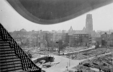2001-1339 Gezicht vanaf het stadhuis op de Delftsevaart en de Raambrug,met verwoeste huizen en gebouwen als gevolg van ...