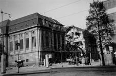 2001-1362 Gezicht op de door het Duitse bombardement van 14 mei 1940 getroffen zuidelijke gevel van het postkantoor aan ...