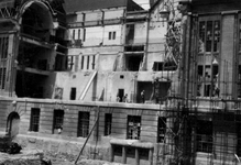 2001-1363 Gezicht op de door het Duitse bombardement van 14 mei 1940 getroffen zuidelijke gevel van het postkantoor aan ...