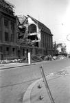 2001-1364 Gezicht op de door het Duitse bombardement van 14 mei 1940 getroffen zuidelijke gevel van het postkantoor aan ...