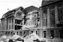 2001-1366 Gezicht op de door het Duitse bombardement van 14 mei 1940 getroffen zuidelijke gevel van het postkantoor aan ...