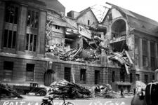 2001-1367 Gezicht op de door het Duitse bombardement van 14 mei 1940 getroffen zuidelijke gevel van het postkantoor aan ...