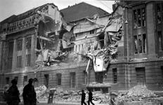 2001-1369 Gezicht op de door het Duitse bombardement van 14 mei 1940 getroffen zuidelijke gevel van het postkantoor aan ...
