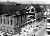 2001-1370 Gezicht op de door het Duitse bombardement van 14 mei 1940 getroffen zuidelijke gevel van het postkantoor aan ...