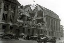 2001-1371 Gezicht op de door het Duitse bombardement van 14 mei 1940 getroffen zuidelijke gevel van het postkantoor aan ...