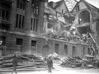 2001-1372 Gezicht op de door het Duitse bombardement van 14 mei 1940 getroffen zuidelijke gevel van het postkantoor aan ...