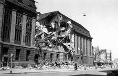 2001-1373-1 Gezicht op de door het Duitse bombardement van 14 mei 1940 getroffen zuidelijke gevel van het postkantoor ...