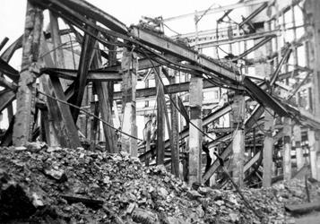 2001-1374 Gezicht op de door het Duitse bombardement van 14 mei 1940 getroffen voorgevel van magazijn Bervoets aan de ...