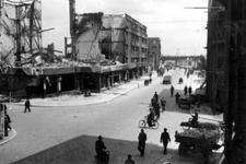 2001-1380 Gezicht op de door het Duitse bombardement van 14 mei 1940 getroffen Meent. Gezien uit het westen. Ter hoogte ...