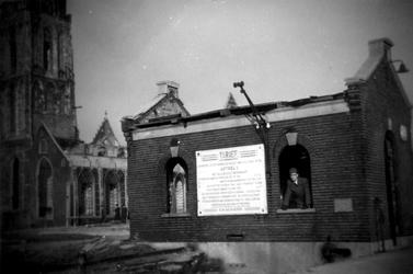 2001-1397-1 Gezicht op de door het Duitse bombardement van 14 mei 1940 getroffen Grotekerkplein. Restanten van de ...