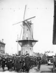 2001-1424 Gezicht op het Oostplein met marcherende mariniers, op de achtergrond molen de Noord.