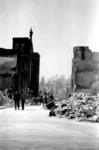 2001-1436 Puinresten na het bombardement van 14 mei 1940. De Ammanstraat. Links de Nieuwe Westerkerk, een gereformeerde kerk.
