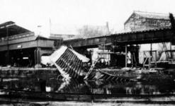 2001-1443 Gezicht op de door het Duitse bombardement van 14 mei 1940 getroffen Kolk met het Beursstation en het ...