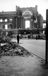 2001-1462 Puinresten als gevolg van het Duitse bombardement van 14 mei 1940. De Botersloot met het stadhuis aan de ...