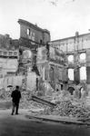 2001-1463 Gezicht op de Botersloot met de achterzijde van het verwoeste stadhuis aan de Kaasmarkt, als gevolg van het ...