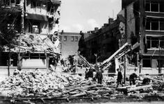 2001-1479 Gezicht op de door het Duitse bombardement van 14 mei 1940 getroffen huizen met nrs. 122-126 aan De Savornin ...