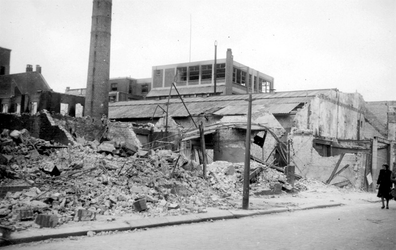 2001-1487 Gezicht op de door het Duitse bombardement van 14 mei 1940 getroffen Schoutenstraat met restanten van een ...