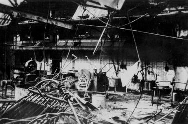 2001-1531 Gezicht in de door het Duitse bombardement van 14 mei 1940 getrofffen fabriek van C. Jamin aan de Hugo de ...