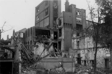 2001-1532 Gezicht op de door het Duitse bombardement van 14 mei 1940 getrofffen Hugo de Grootstraat. Restanten van de ...