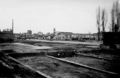 2001-1542 Gezicht op de door het Duitse bombardement van 14 mei 1940 getroffen Zomerhofstraat met restanten van panden. ...