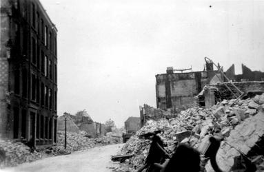 2001-1543-1 Gezicht in de door het Duitse bombardement van 14 mei 1940 getroffen Zomerhofstraat met restanten van ...
