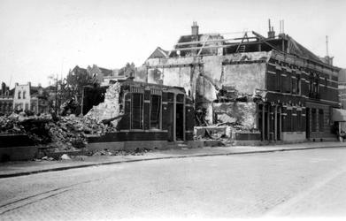 2001-1546 Gezicht op de door het Duitse bombardement van 14 mei 1940 getroffen Zegwaardstraat. Met verwoeste huizen. ...