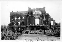 2001-1555 Puinresten als gevolg van het Duitse bombardement van 14 mei 1940. De Botersloot met het stadhuis aan de ...