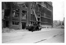 2001-1585 Puinresten na het bombardement van 14 mei 1940. De Gedempte Botersloot met de voorkant van het spaarbankgebouw.