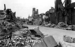2001-1594 Gezicht in de door het Duitse bombardement van 14 mei 1940 getroffen Hoogstraat . De restanten van ...